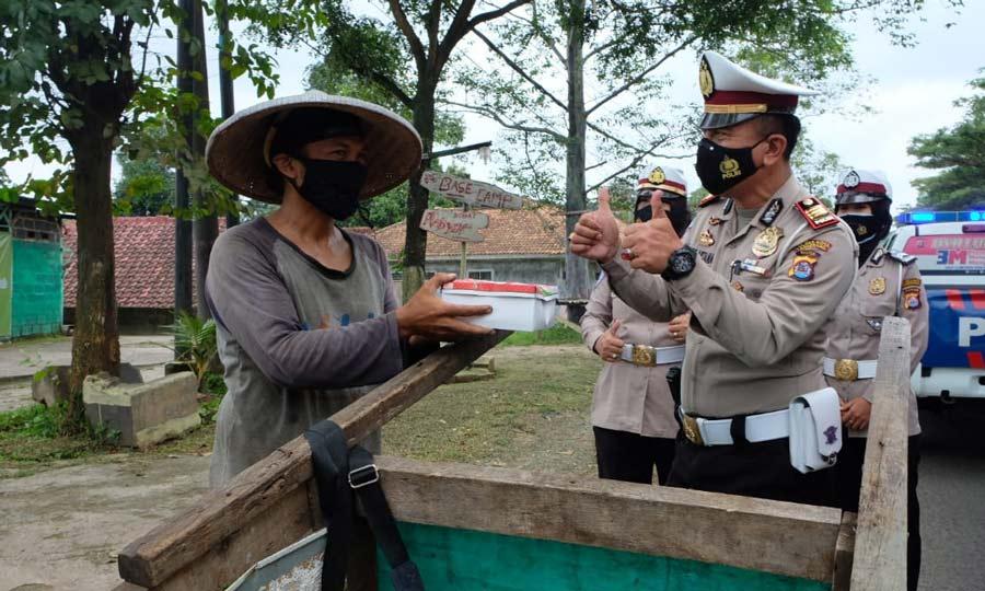 Jumat Berkah, Kapolresta Tangerang Bagikan Nasi kotak