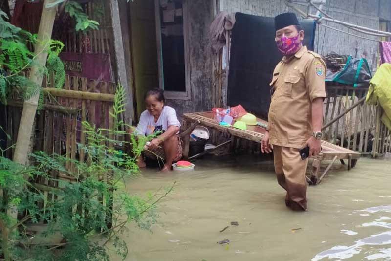 Pemdes Kedung, Gandeng Tim Medis Berikan Pengobatan Gratis Kepada Warga Terdampak Banjir1