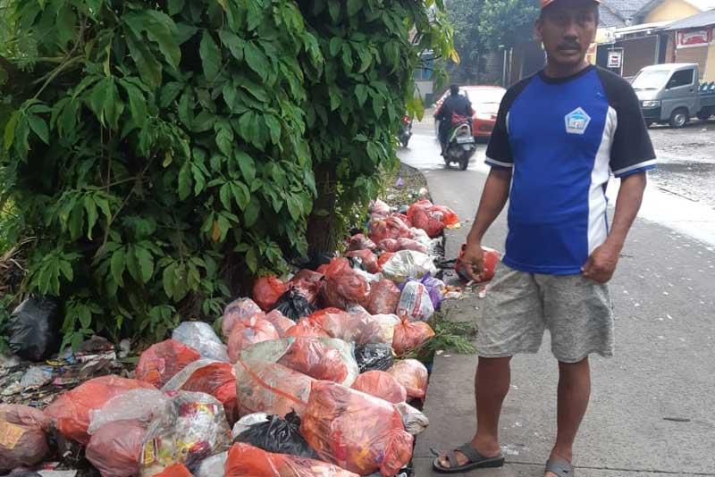 Warga Keluhkan Tumpukan Sampah Liar di Tepi Jalan Aria Jaya Santika Tigaraksa