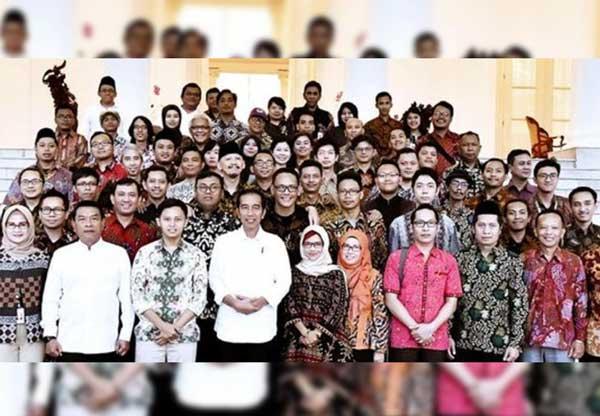 Beredaf Foto Abu Janda CS Bareng Jokowi dan Moeldoko, Warganet : Oh jadi ini semua buzzer yang dibayar Negara