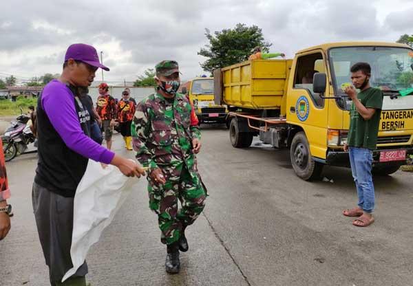 Mantap ! DLHK Gotong Royong Bersihkan Sampah Bersama Warga