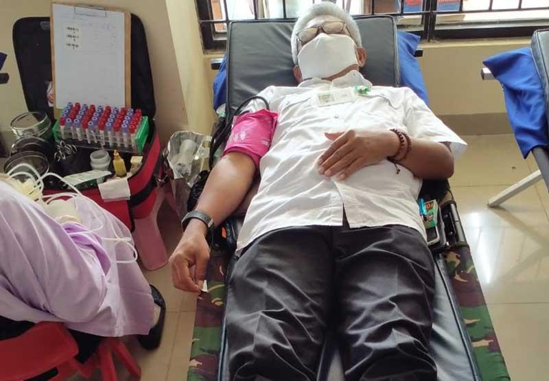 Ketua Dewan Kehormatan PMI Kecamatan Tigaraksa Hadiri Sekaligus Berpartisipasi Donor Darah