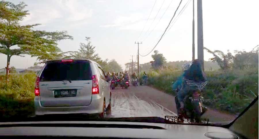 Jalan Licin, Banyak Penguna Jalan Terjatuh Akibat Tumpahan Tanah