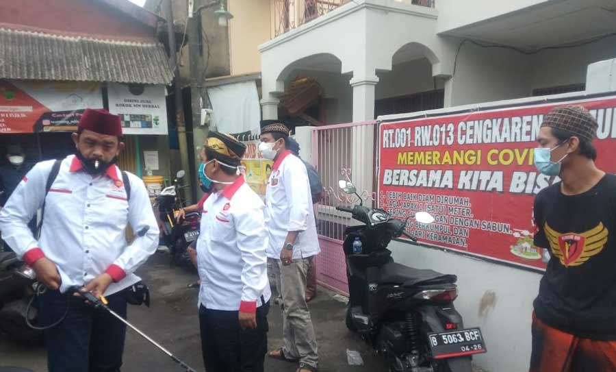 BJI dan PWI Jakbar Laksanakan Penyemprotan Disinfektan di 2 Wilayah Kecamatan Cengkareng