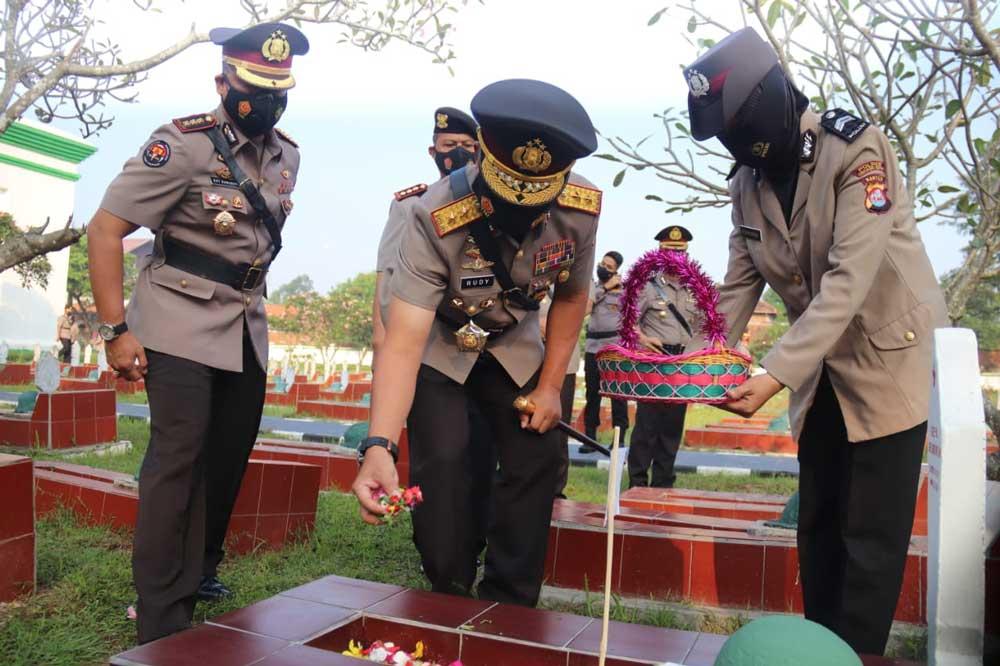 HUT Bhayangkara ke-75, Polda Banten Ziarah dan Tabur Bunga di TMP Ciceri