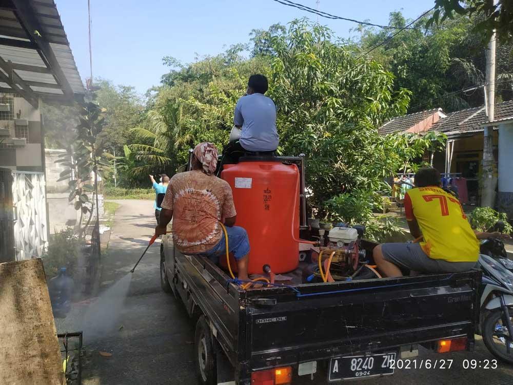 Tim Satgas RW 05 Perum Tri Raksa Village 1 Tigaraksa Semprot Disinfektan Rumah Warga