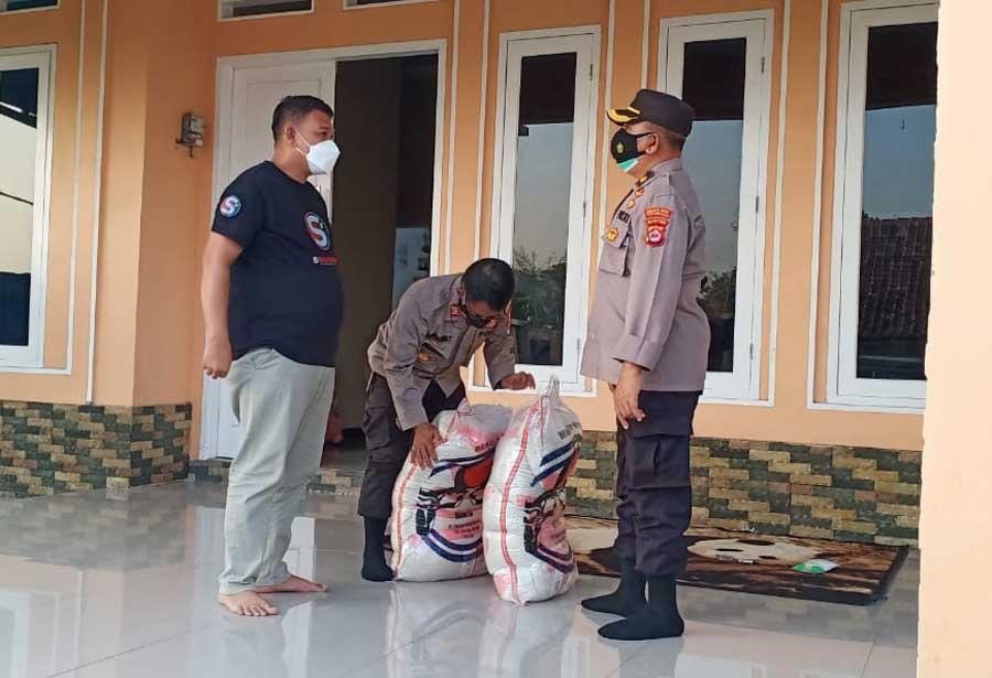 Kunjungi Tokoh Masyarakat, Polresta Tangerang Berikan Sembako Untuk Warga yang Terdampak Covid-19