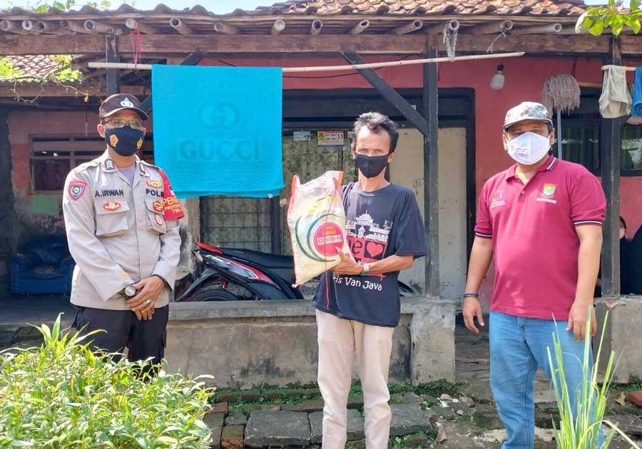 Polsek Tigaraksa Bagikan Beras di Masa PPKM, Warga Sumringah dan Doakan Polisi