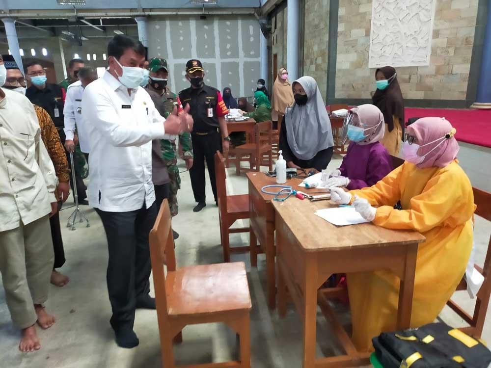 Sekda Tinjau Vaksinasi Ponpes Budi Mulya Kecamatan Solear