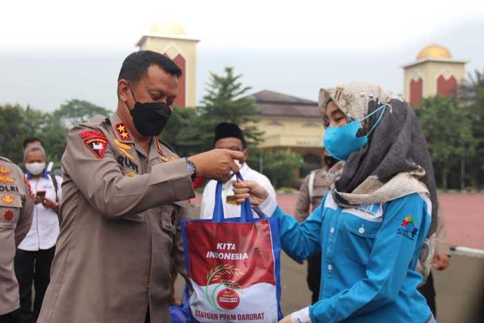 Tebar Kasih, Polda Banten Bagikan Bansos ke Buruh dan Pekerja