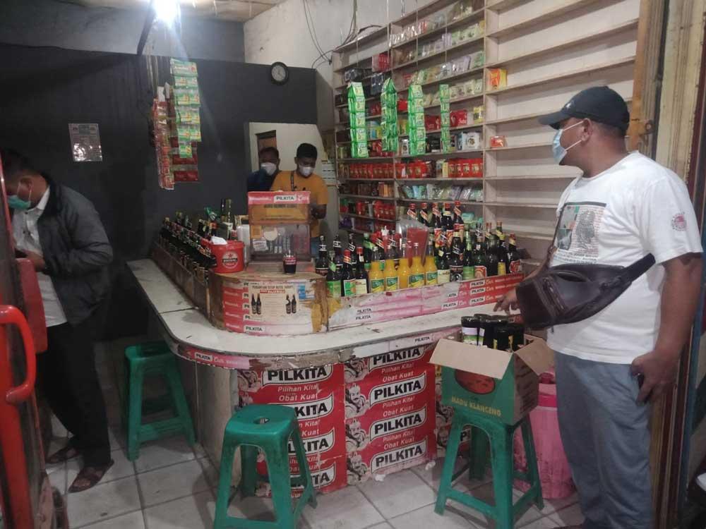 Berkedok Toko Jamu, Polsek Serang Temukan Ratusan Botol Miras