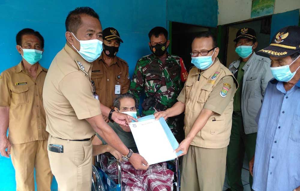 Dinsos Kabupaten Tangerang Beri Kursi Roda Untuk Warga Desa Cikuya yang Tengah Sakit