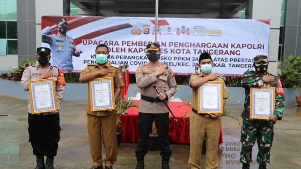 Kapolresta Tangerang Beri Penghargaan Dari Kapori Untuk Posko PPKM Desa Jambe