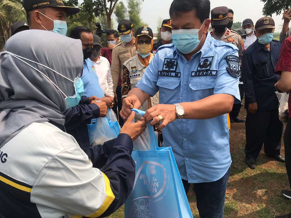 Pemkab Tangerang Berikan 2 Ton Ikan Lele Kepada Warga Sekitar Dan Petugas TPU Buni Ayu
