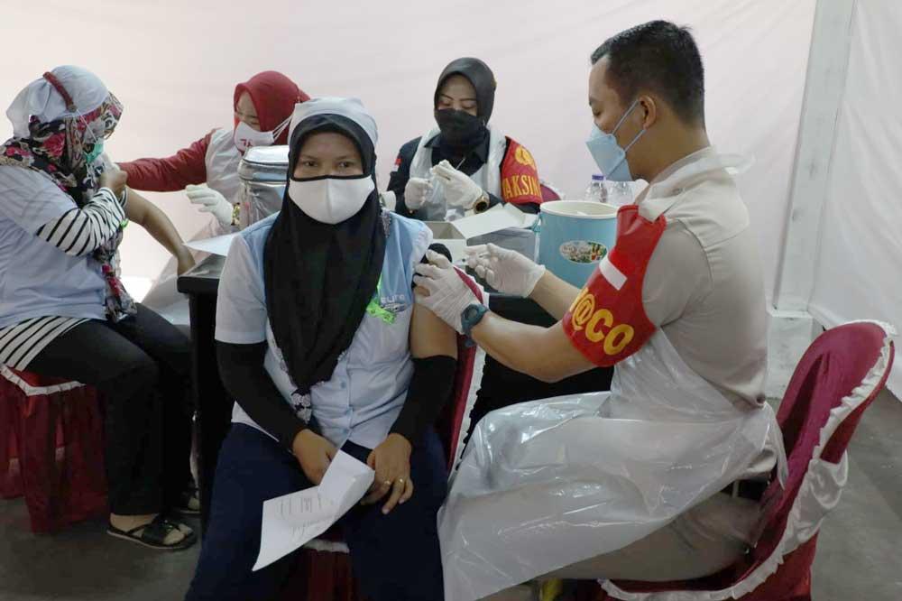 Polda Banten Lakukan Vaksinasi Ribuan Buruh PT Elite Garmen Tangerang