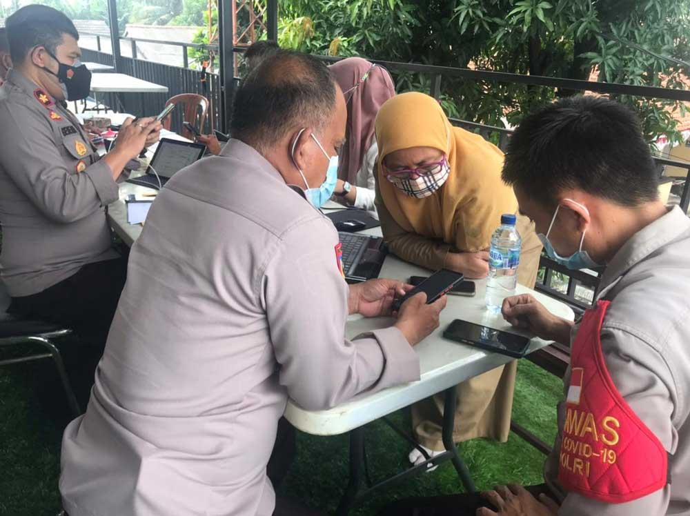 Polsek Balaraja Salurkan Bansos untuk Nakes Puskesmas