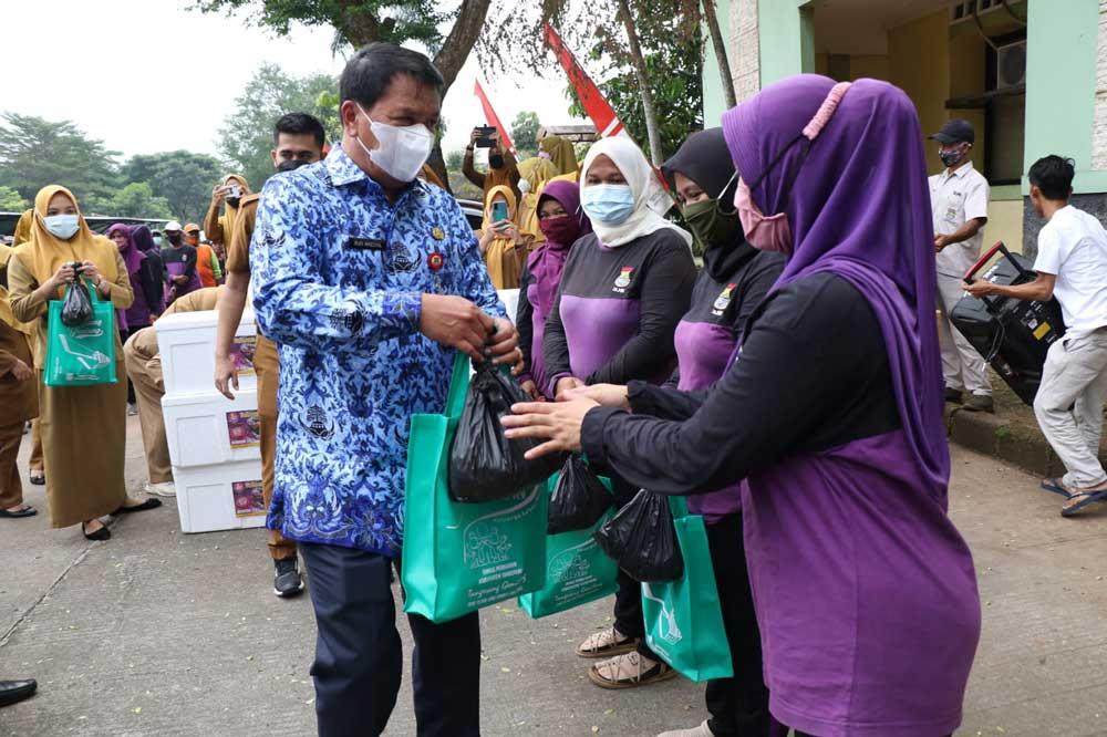 Sekda Kabupaten Tangerang Bagikan Ikan Segar Untuk 250 orang Penyapu Jalan