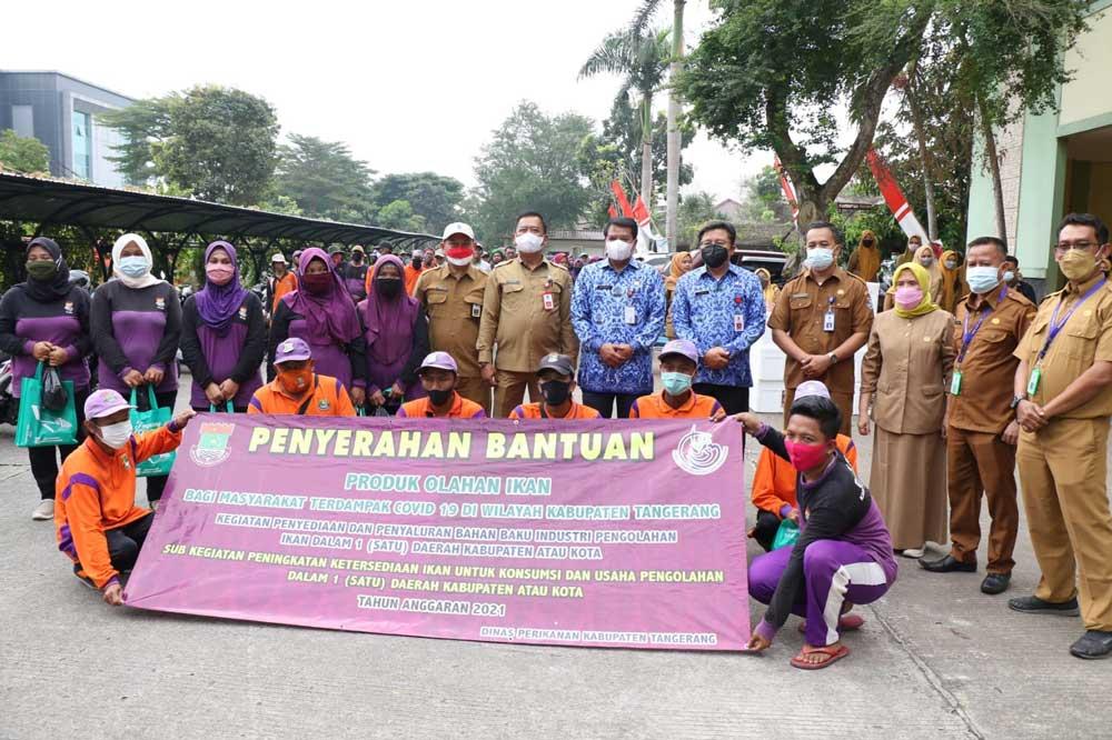 Sekda Kabupaten Tangerang Bagikan Ikan Segar