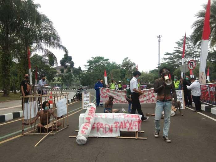 Tepat Dihari Ulang Tahun, Puluhan Mahasiswa Demo Pemkab Tangerang